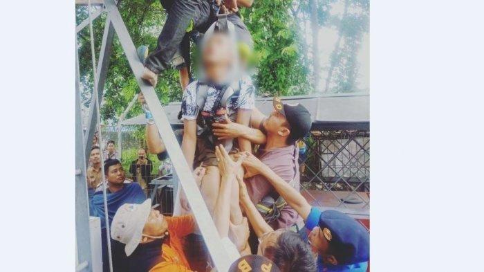 BREAKING NEWS: Pelajar di Sumsel Panjat Tower 100 Meter Diduga Coba Bunuh Diri